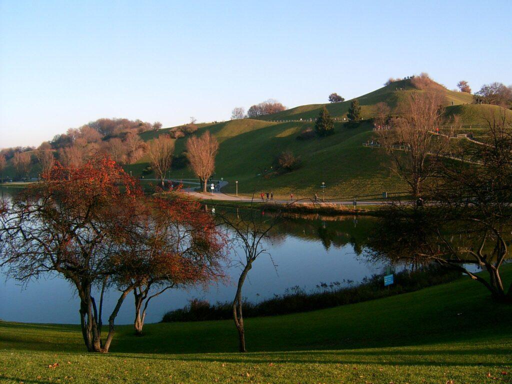 Olympiasee und Olympiaberg im Herbst mit roten Blättern an den Bäumen