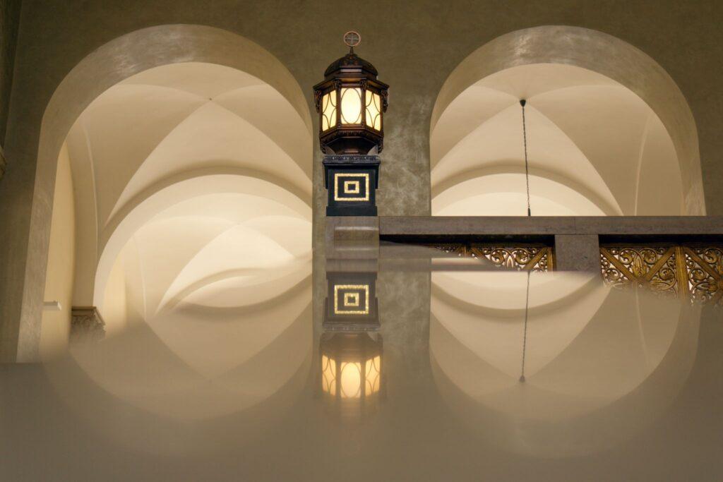Jugenstillampe mit Spiegelung im Lichthof der LMU