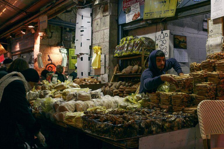 Händler an seinem Stand auf Mahane Yehuda Markt in Jerusalem
