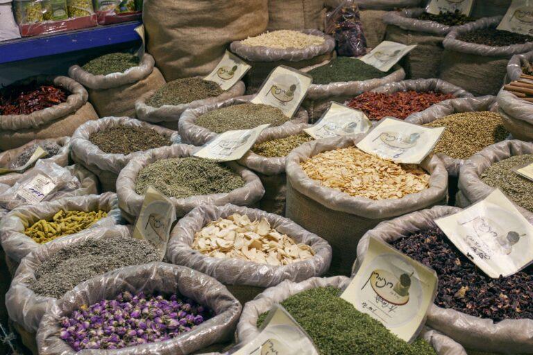 Säcke voller Gewürze auf dem Mahane Yehuda Markt in Jerusalem