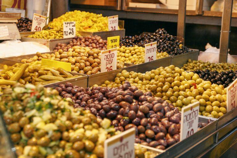 Auslage mit Oliven auf dem Mahane Yehuda Markt in Jerusalem
