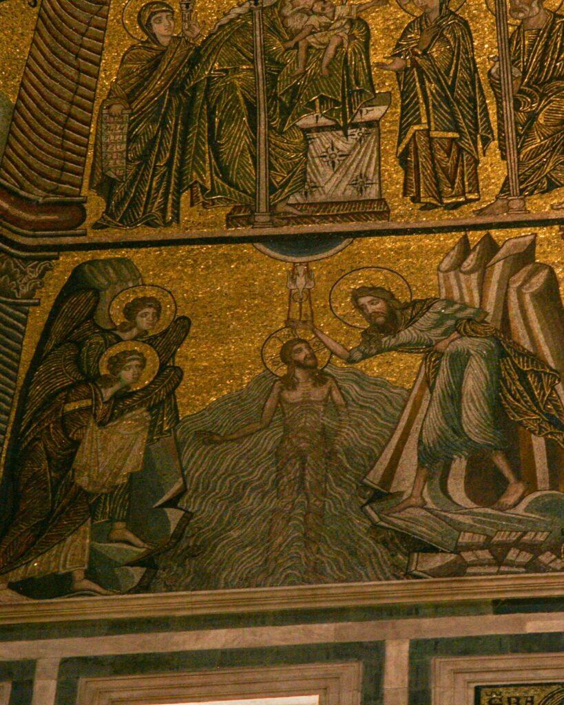 Byzantinisches Mosaik. Christus wird im Fluss von Johannes getauft