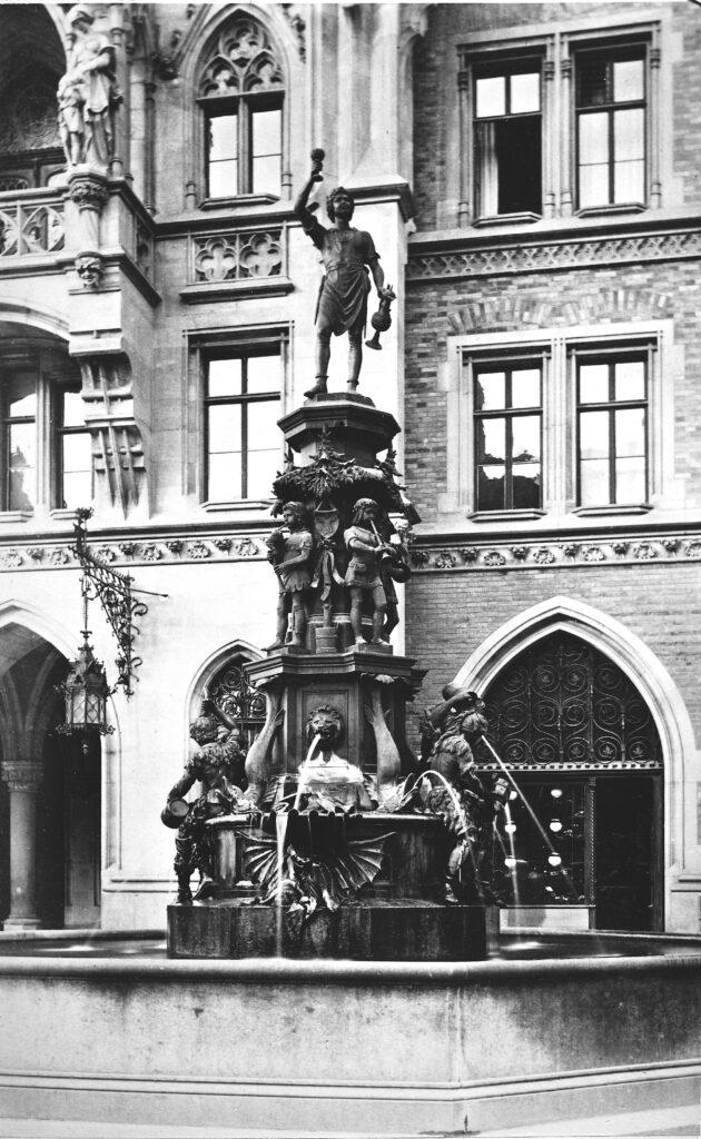 Ansicht des neogotischen Fischbrunnens von Konrad Knoll