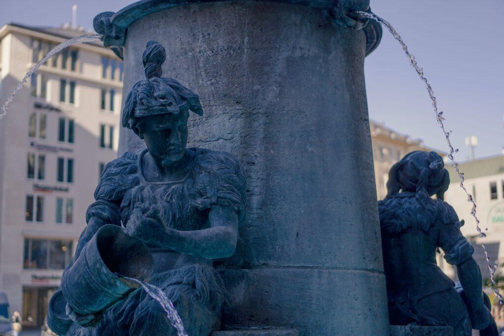 Figur eines Metzgergesellen auf dem Fischbrunnen in München
