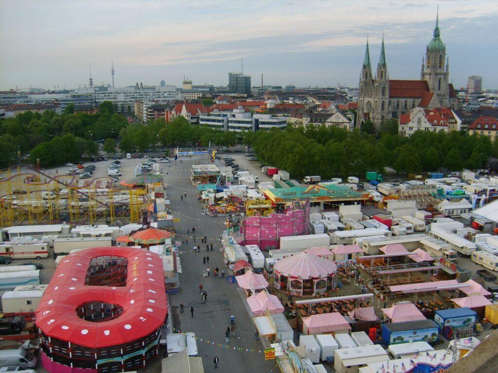 Blick von oben auf das Frühlingsfest auf der Theresienwiese