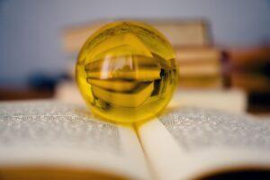 Geschichtsbücher die sich in einer Glaskugel spiegeln