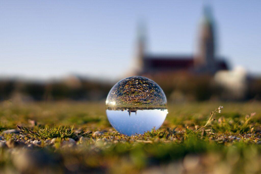 München Paulskirche in der Glaskugel
