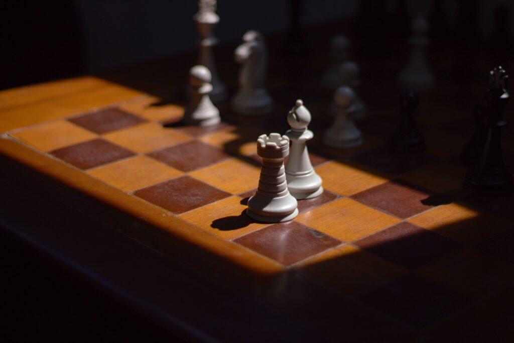 Schachfiguren im Schlaglicht