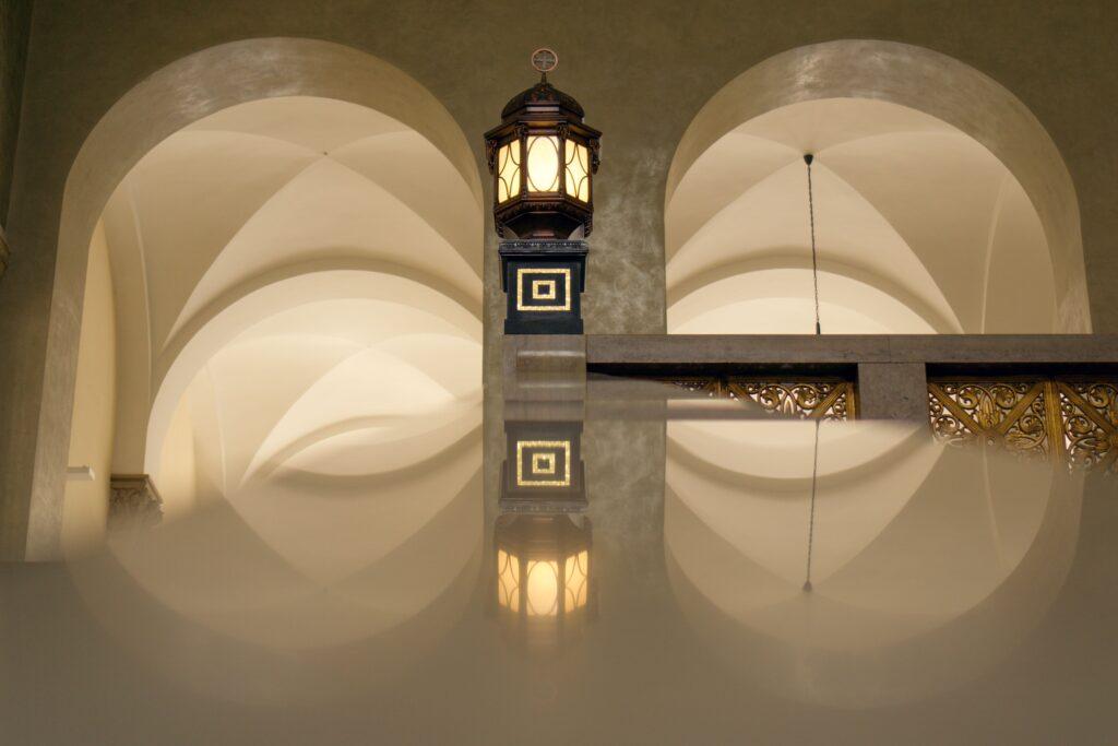 Jugendstillampe mit Spiegelung im Lichthof der Universität München