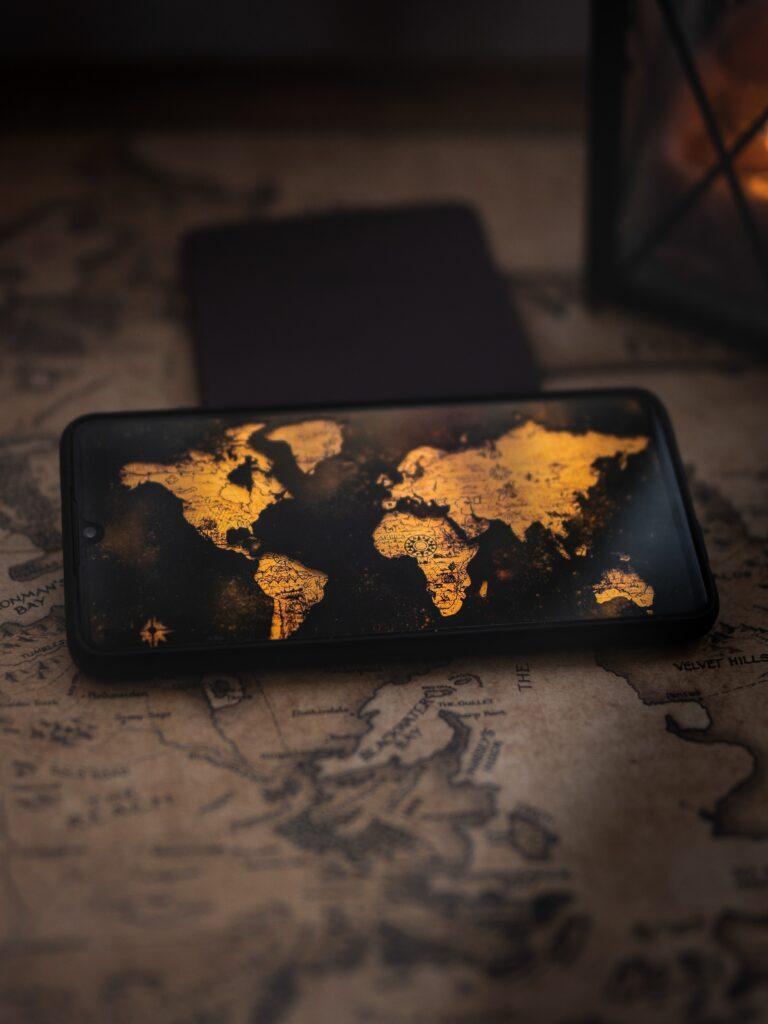 Smartphone mit Weltkarte